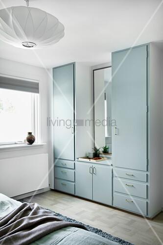 Alter Einbauschrank mit hellblauen Fronten im Schlafzimmer