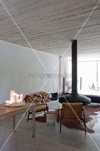 Schwebender Kamin im minimalistischen Wohnzimmer
