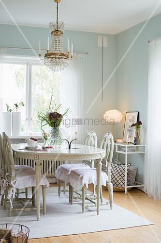 Antiker, gustavianischer Esstisch und Stühle im Esszimmer mit mintfarbenen Wänden