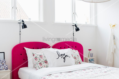 Doppelbett mit pinkfarbenem Kopfende in weißem Schlafzimmer