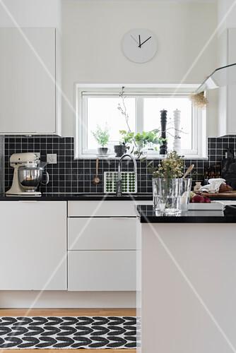 Blick In Weisse Kuche Mit Schwarzem Bild Kaufen