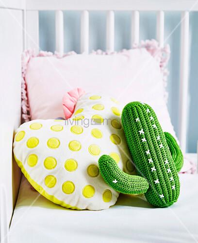 Gehäkelter Kaktus und Kissen mit gelben Punkten und rosa Rüschen