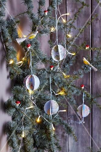 DIY-Weltkugeln: Weihnachtliche Baumanhänger aus Weltkartenmotiven