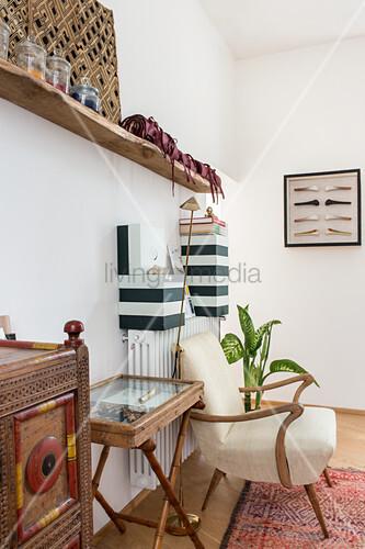 Exotischer Möbelmix und schwarz-weiße Boxen auf der Heizung