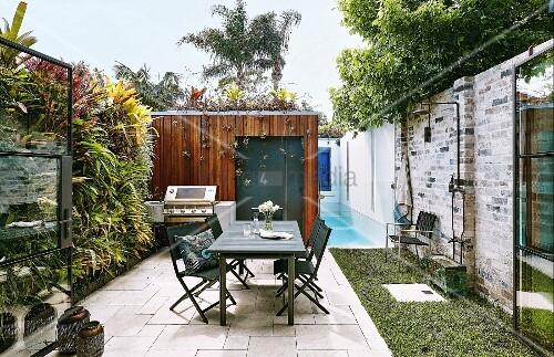 Terrasse mit vertikaler Bepflanzung, Pool und Sitzplatz