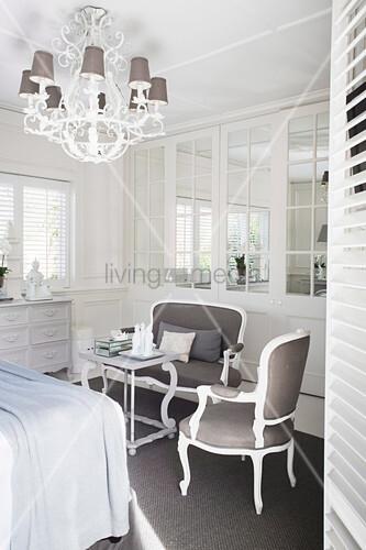 polsterm bel im barockstil im eleganten schlafzimmer bild kaufen living4media. Black Bedroom Furniture Sets. Home Design Ideas