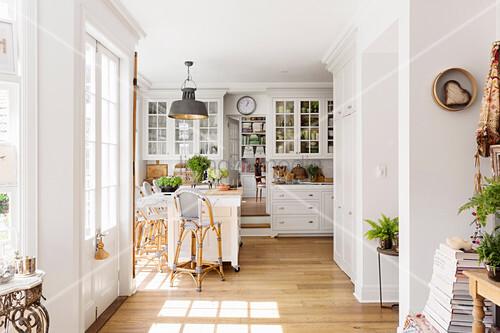 helle offene k che im landhausstil mit essplatz und holzboden bild kaufen living4media. Black Bedroom Furniture Sets. Home Design Ideas
