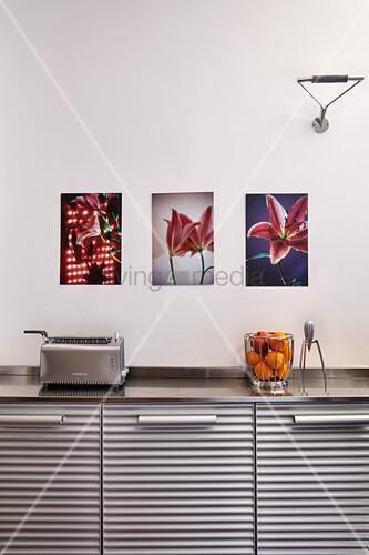 Bilder über Küchenunterschrank mit geriffelter Front, Toaster und Obstkorb