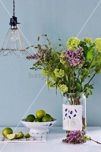 Blumenstrauß in einem Weckglas mit besticktem Stoff