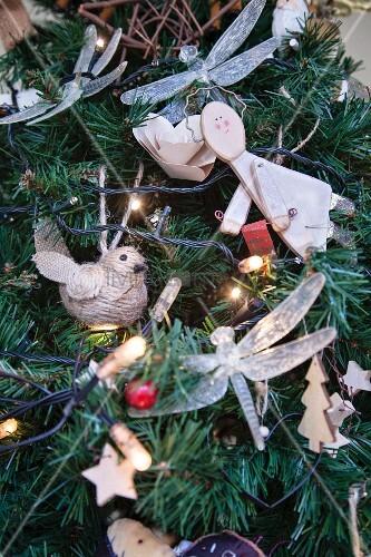 Üppiger Weihnachtsschmuck in einem künstlichen Tannenbaum
