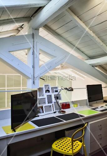 Doppel-Schreibtisch auf der Galerie unter dem Dach