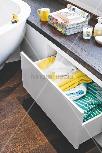 Maßgefertigte Sitzbank mit grifflosenAuszüge im Badezimmer