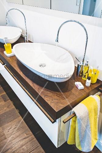 Organically shaped washbasins and taps