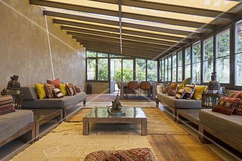 Elegante Lounge im Wintergarten