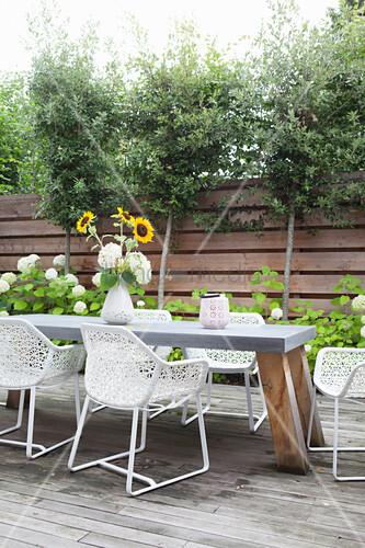 Tisch mit Designerstühlen auf der Terrasse