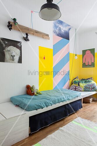 Holzablage mit Matratze im Kinderzimmer