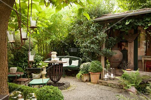 Terrassenplatz mit Vintage Möbeln und Topfpflanzen