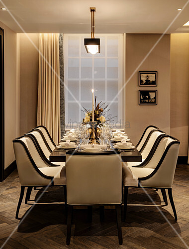 Gedeckter Tisch im Esszimmer mit klassischer Eleganz