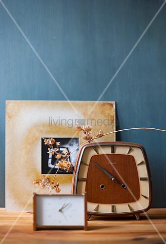 Zwei Wecker vor schwarz-weißem Foto in DIY-Passepartout