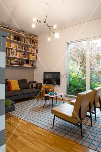 Retro Wohnzimmer mit Bücherregal über dem Sofa