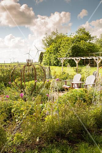 Garten mit Sitzplatz vor Pergola (Schleswig-Holstein, Norddeutschland)