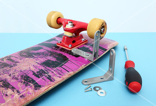 Making a wall-mounted shelf from a skateboard