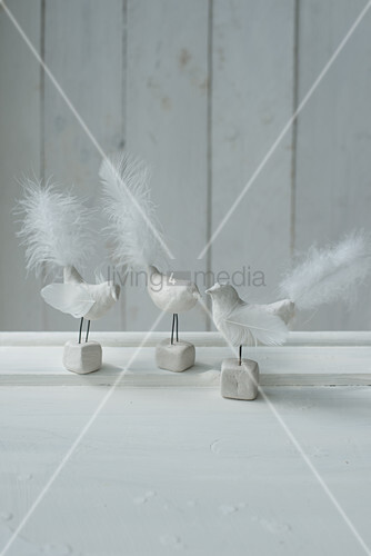 Bird figurines with white tail feathers