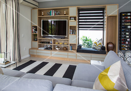 regal mit fernseher und integrierter sitzbank vor fenster schwarz weiss gestreifter teppich und. Black Bedroom Furniture Sets. Home Design Ideas