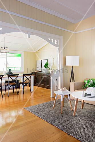 durchgang vom wohnzimmer ins esszimmer mit holzboden bild kaufen living4media. Black Bedroom Furniture Sets. Home Design Ideas