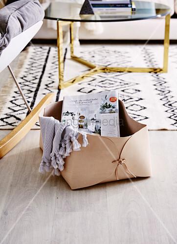 DIY-Lederkorb für Zeitschriften und Plaid