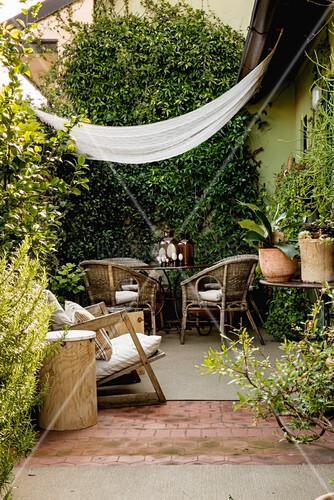Mediterraner Sitzplatz mit Sonnensegel auf der Terrasse