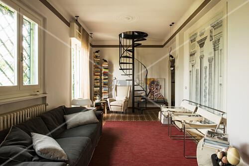 Wohnzimmer im italienischen Stil mit Wendeltreppe und Architektur-Bild