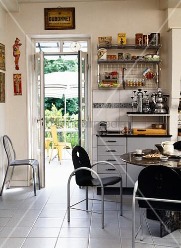 Küche mit Essplatz und Möbeln im Stilmix zwischen 80er und Vintage ...