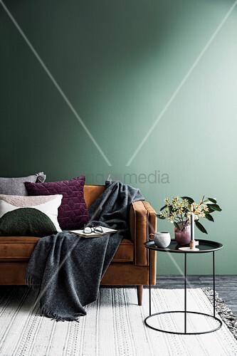 Braunes Sofa Mit Kissen Und Plaid Vor Bild Kaufen 12416326