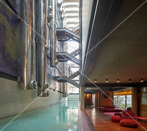 Modernes Architektenhaus mit Rohren und Treppen über dem Pool