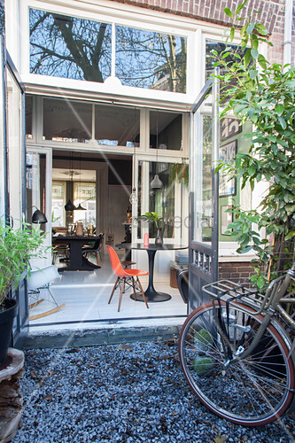 blick durch ge ffnete t r auf klassikerm bel im wintergarten bild kaufen living4media. Black Bedroom Furniture Sets. Home Design Ideas