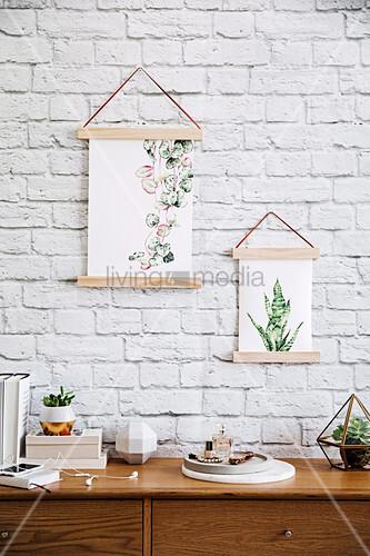 DIY-Bilderrahmen an weiß gestrichener Ziegelwand