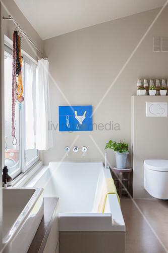 Modernes Badezimmer in Grau und Weiß mit … – Bild kaufen ...