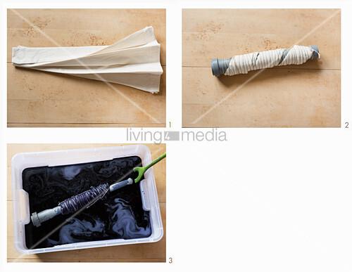 Turnbeutel im Shibori-Muster färben, hier: Stoff falten, um eine Röhre legen und im Farbsud färben