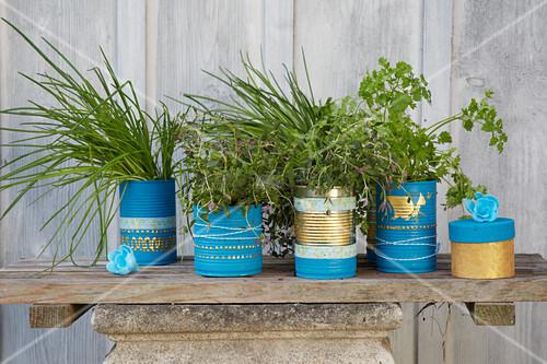 Konservendosen dekoriert in Blau und Gold als Gefässe für Küchenkräuter