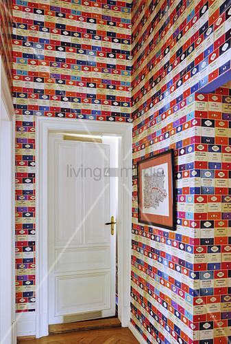 Farbige Tapete mit englischen Buchcovern im Flur
