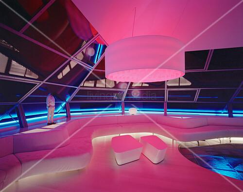 Pink und blau beleuchtetes, futuristisches Wohnzimmer