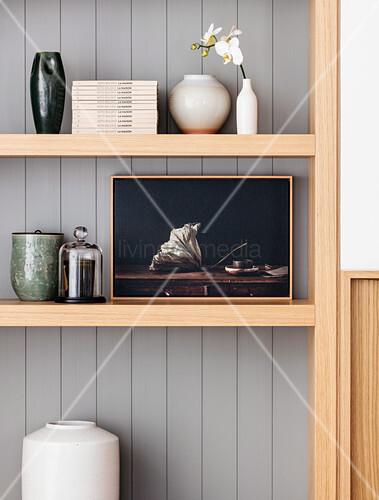 Dekoobjekte, Blumenvase und Bücher in offenem Holzregal