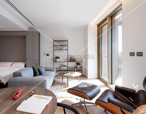 Kleine Einzimmerwohnung mit Designermöbeln und Balkon