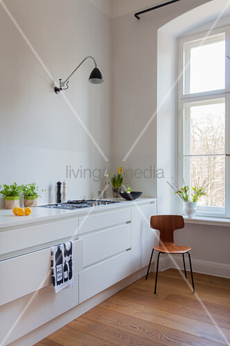 Designerstuhl vor minimalistischer ... – Bild kaufen ...