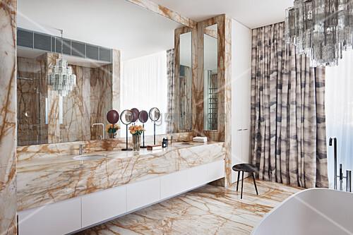 Badezimmer mit Marmor-Waschtisch … – Bild kaufen – 12430064 ...