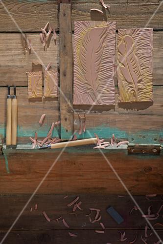Selbstgemachte Linolstempel und Schnitzwerkzeug auf Holz