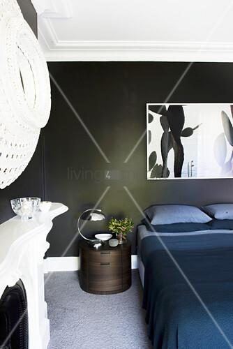 Bild über Doppelbett mit dunkelblauer … – Bild kaufen ...