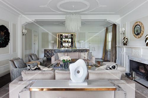 Glamouröses Wohnzimmer in Champagnerfarben