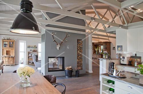 Küche und Essbereich in offenem Wohnraum in umgebautem Stall